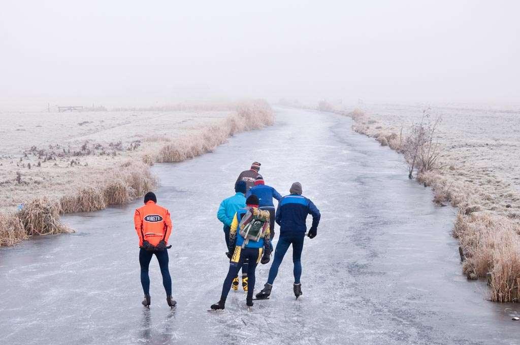Nevelig, koud, lekker om binnen te zitten. Maar die schaatsers trokken er ook op uit. Dus waarom jij niet, met je camera? Nikon D90 • ISO 400 • f/9 • 1/250 @ 58mm.