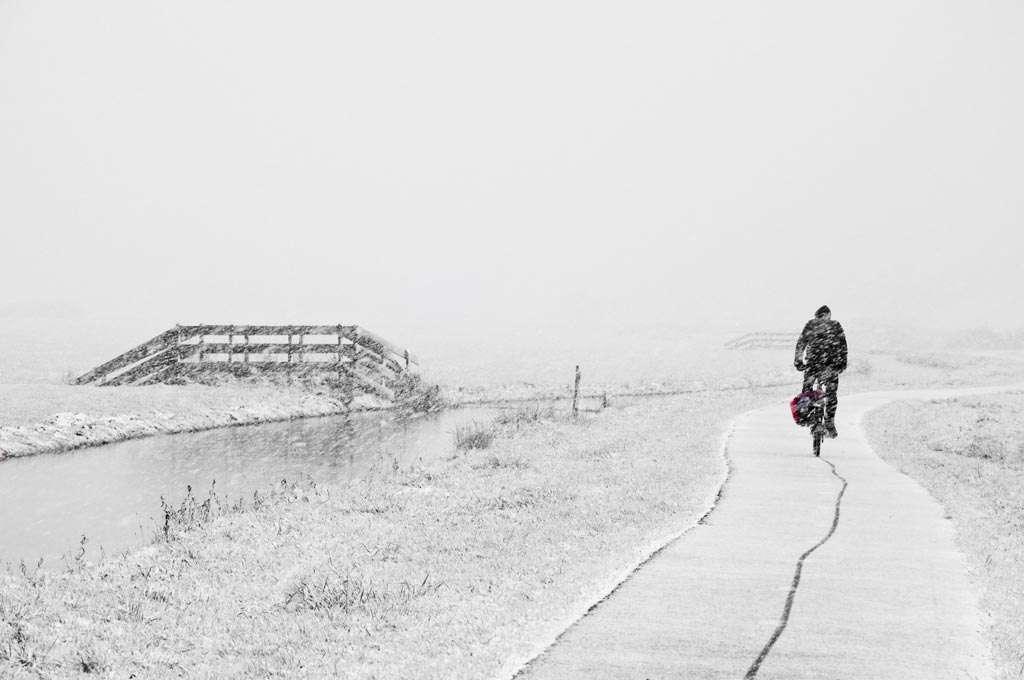 Sneeuwjacht in Waterland. Bescherm je lens tegen regen of sneeuw die op het lensoppervlak terecht kan komen. Houd de camera als je niet fotografeert onder je jas. Nikon D90 • ISO 800 • f/10 • 1/125 @ 105mm.
