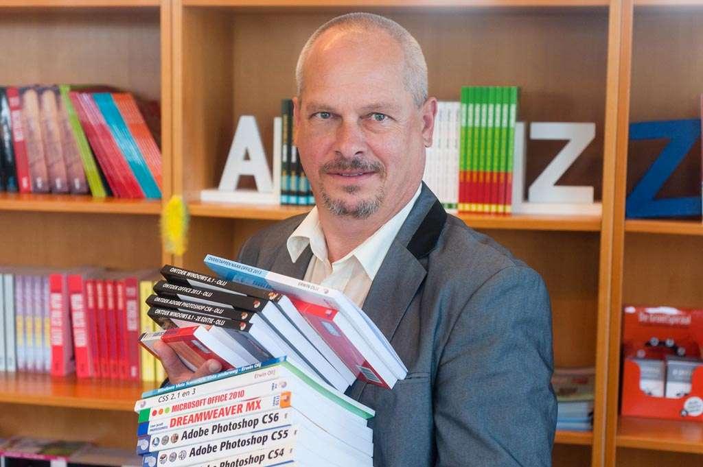 Erwin Olij met een klein aantal van 100 boeken.