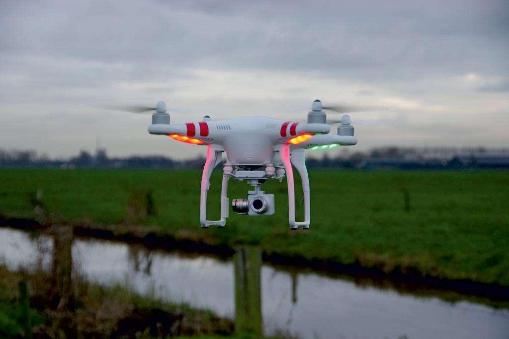 Ga eerst eens met je drone oefenen boven een verlaten weiland, om zo de besturing goed in de vingers te krijgen.