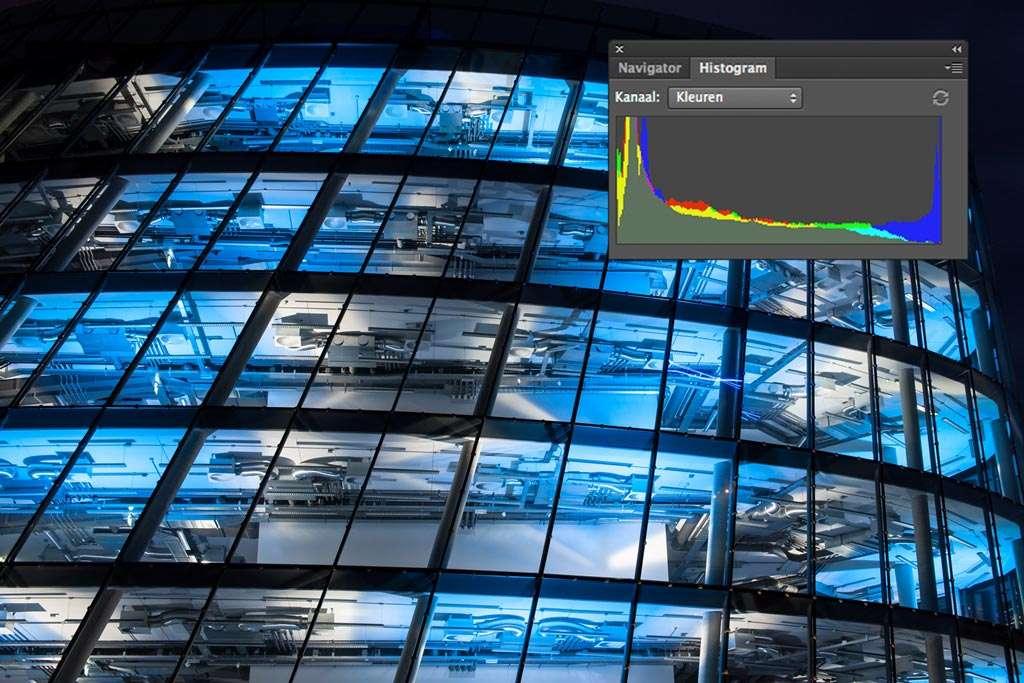 Aan de uiteinden van het histogram kunnen hoge pieken voorkomen, vanwege de donkere gebieden en felle lichten (50 mm, f/11, 10 sec, ISO 200).