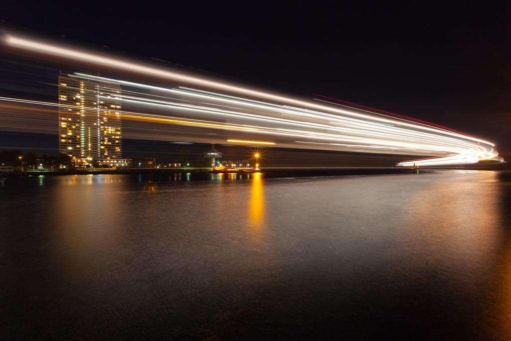 Dit schip voer erg langzaam voorbij. Voor de lichtstrepen is meer dan vijf minuten belicht (17 mm, f/16, 314 sec, ISO 100).
