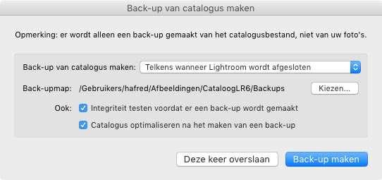 Bij het afsluiten van Lightroom kun je bij 'Kiezen' aangegeven waar de back-up bewaard moet worden. Je kunt ook tijdens het afsluiten van Lightroom de integriteit van de catalogus laten testen en de catalogus optimaliseren.