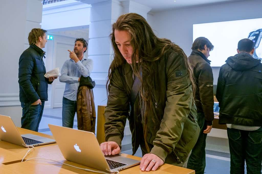 Bob Timroff in de Apple Store in Den Haag.