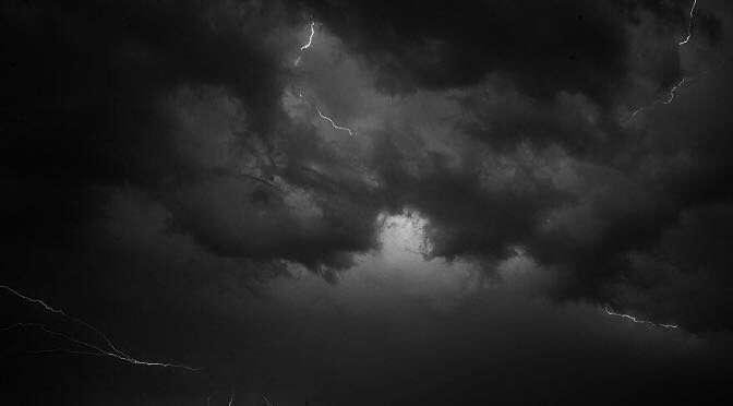 Het wordt weer spannend deze pleisterdinsdag (bron afbeelding: https://skitterphoto.com/photos/3956/dark-clouds-with-lightening)