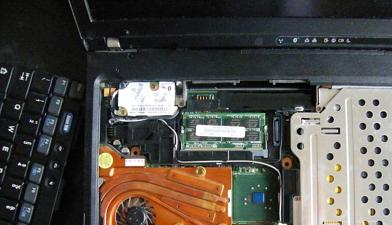Geheugen van een laptop uitbreiden is niet altijd even makkelijk (of helemaal niet mogelijk) (bron afbeelding: Hoeveel geheugen heeft Windows 10 nodig? (bron afbeelding: https://upload.wikimedia.org/wikipedia/commons/b/b9/Inside_the_laptop.jpg)